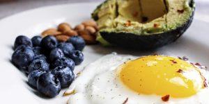 keto diet foods: blueberries, avocado and fried egg