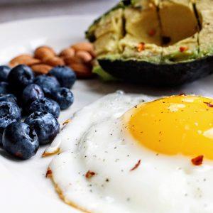 Keto diet foods: bluebrries, fried egg and avocado